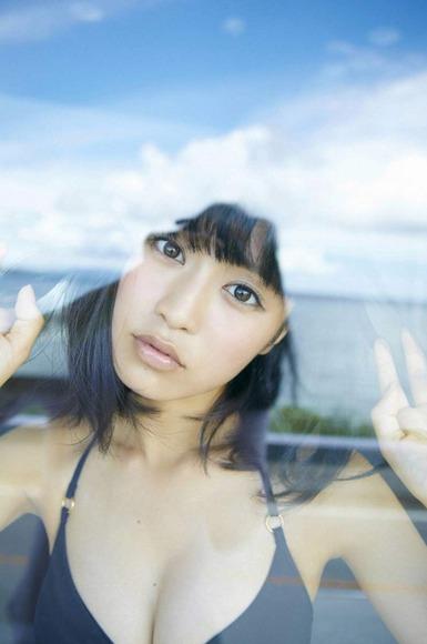 小島瑠璃子の黒ビキニ画像013