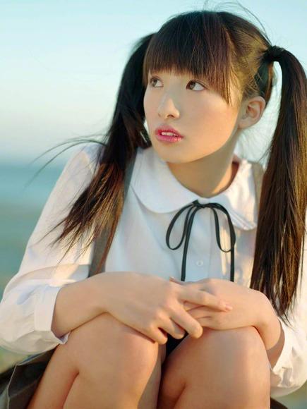 椎名ひかりの制服グラビア画像002