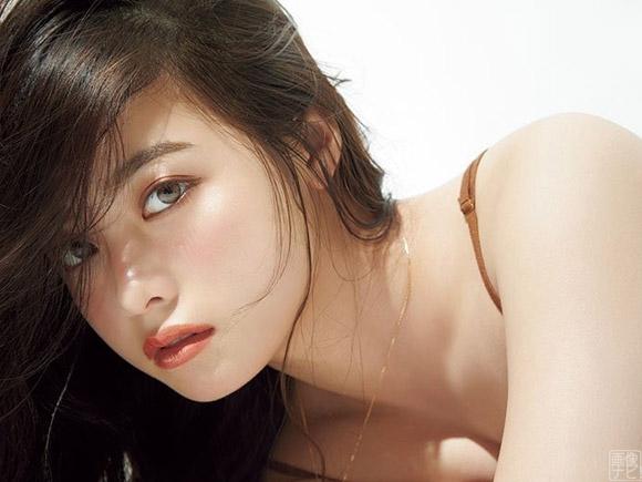 橋本環奈、女性誌でセクシーショット!美バストの谷間がこぼれ出る!