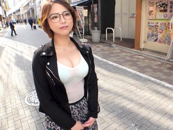 胸元ざっくり系の巨乳さん