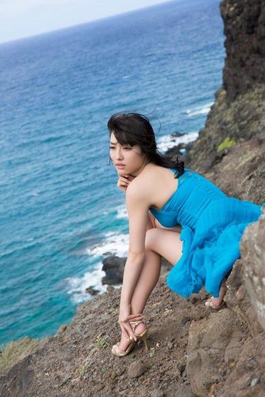 今野杏南 青いドレスのグラビア画像010