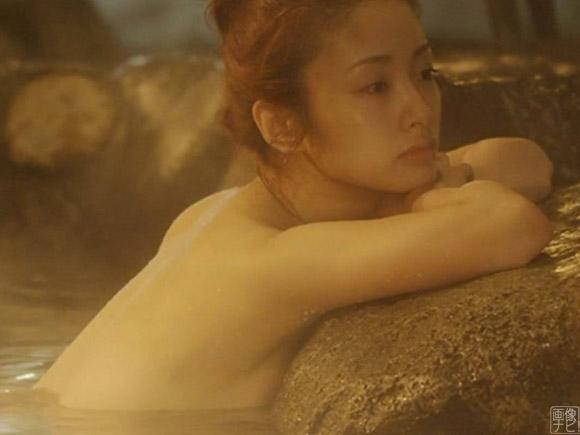 上戸彩さんが上半身裸で温泉に浸かるシーン