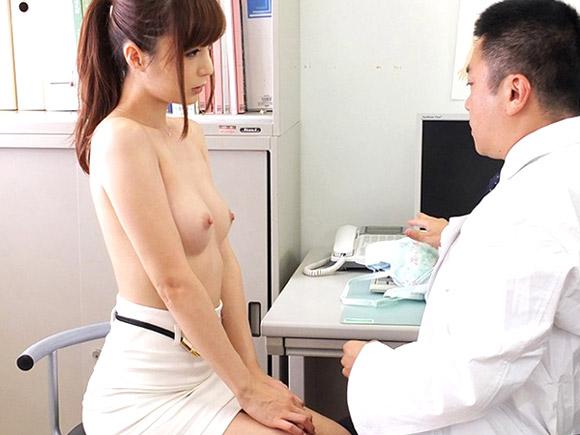 冬月かえでが医者の診察中に上半身を脱ぐと急にスイッチが入ってド変態モードへ…動画