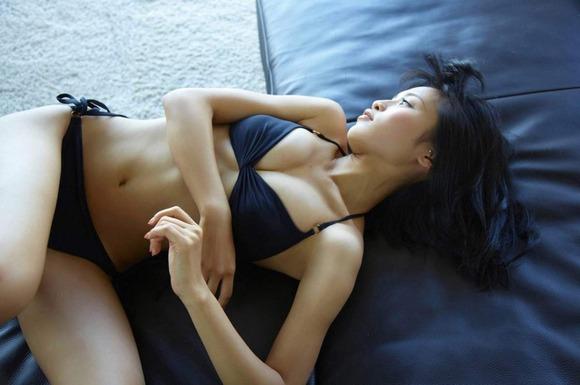 小島瑠璃子の黒ビキニ画像005