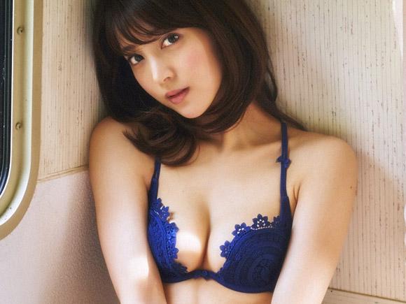麻亜里(24) 上品でセクシーな青のランジェリー。