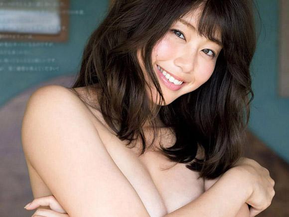 野球ファンを中心に大人気の稲村亜美。始球式後にマウンドの土を手でならすなど、見た目だけでなく中身も最高と評判です