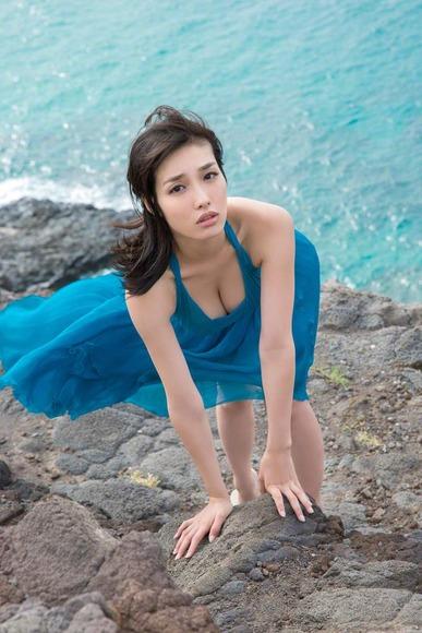 今野杏南 青いドレスのグラビア画像013