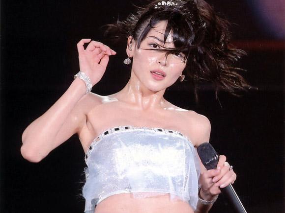 矢島舞美がライブ中にセクシーな衣装とダンスで観客を魅了