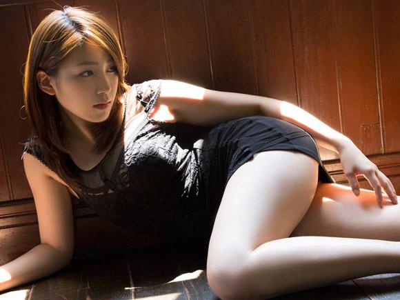 太ももとお尻のラインを大胆に露出させる吉川友のグラビア画像