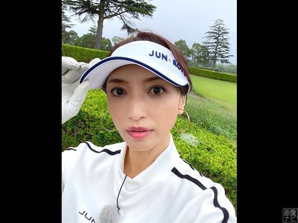 ゴルフウェア姿の望月理恵アナ