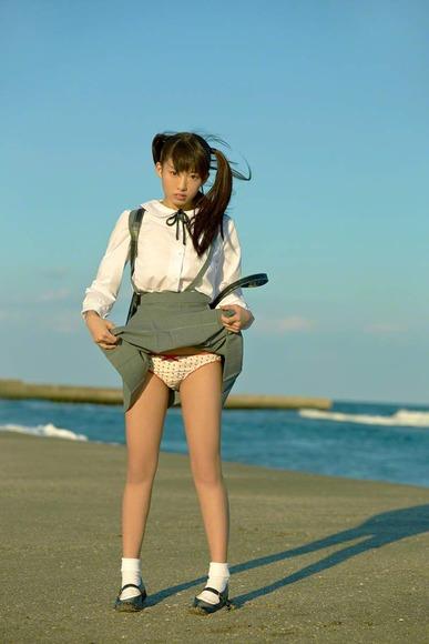 椎名ひかりの制服グラビア画像004