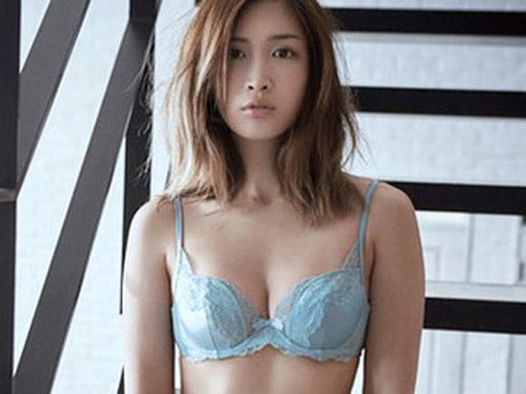 2015年もガンガン下着姿の紗栄子