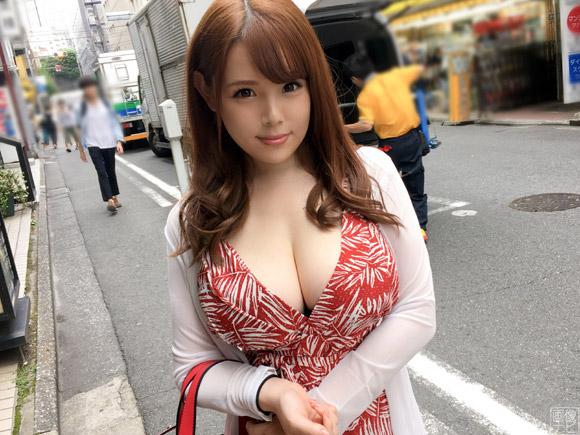 胸元パックリ系の爆乳女子