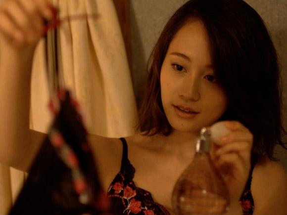 AKB在籍中もキスシーンで論議を呼んだ前田敦子。卒業後、女優業に徹してからはドラマや映画でラブシーンを演じ、プライベートの恋愛模様も覗かせる