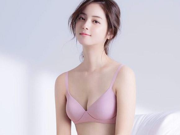 日本芸能界の至宝、佐々木希の貴重な下着姿。ユニクロの下着モデルに起用されてブラジャー&寝間着のセクシーで健康的な写真がアップされて男女問わずファンが大喜びのようです