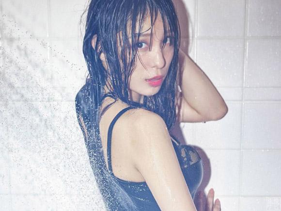 初写真集でセクシーな黒いランジェリー姿を披露した小嶋菜月