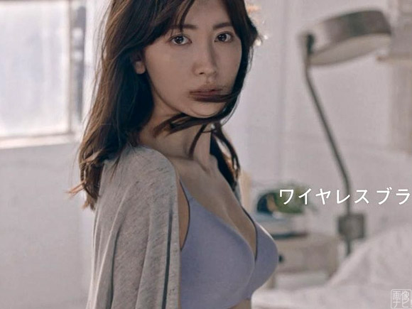 ユニクロの下着CMでランジェリー姿を披露したこじはること小嶋陽菜
