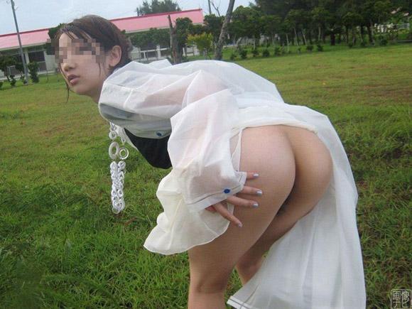 ノーパンで外出してる変態女子のエロ写真