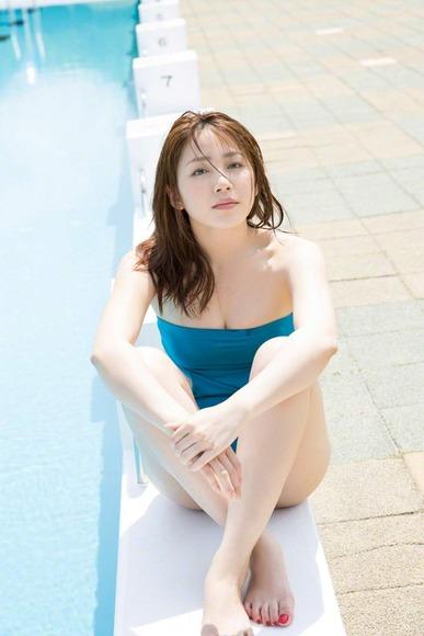 吉川友のワンピース水着画像011
