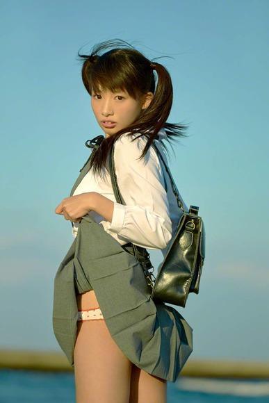 椎名ひかりの制服グラビア画像005