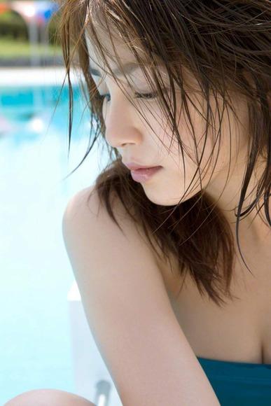 吉川友のワンピース水着画像013