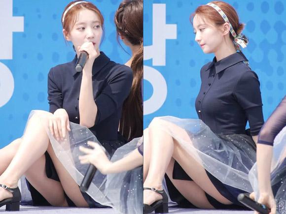 黒いパンティーが丸見え状態の韓流アイドル