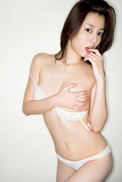 杉本有美のスキャンダラスな下着グラビア画像023