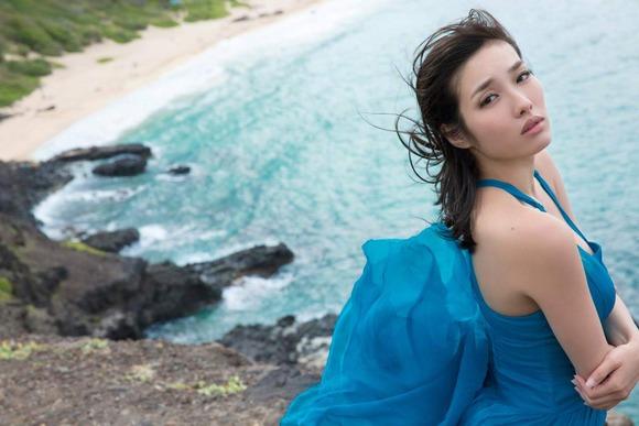 今野杏南 青いドレスのグラビア画像014