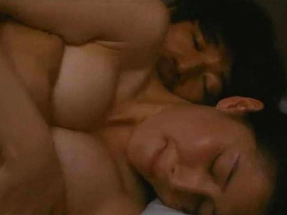 乳首は出していないものの、かなり大胆なセックスシーンを演じた橋本マナミさん
