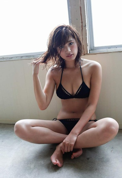 久松郁実の黒水着画像010