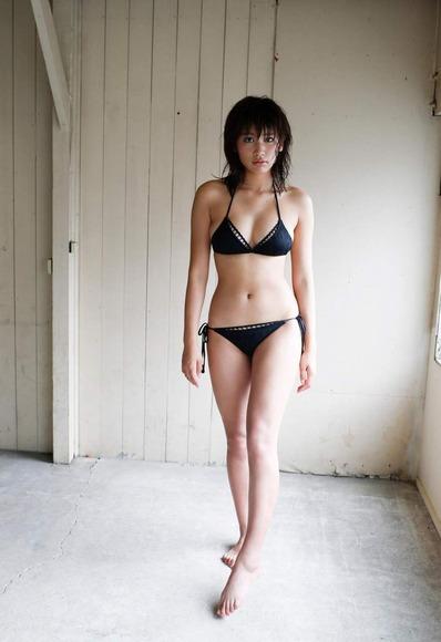 久松郁実の黒水着画像003
