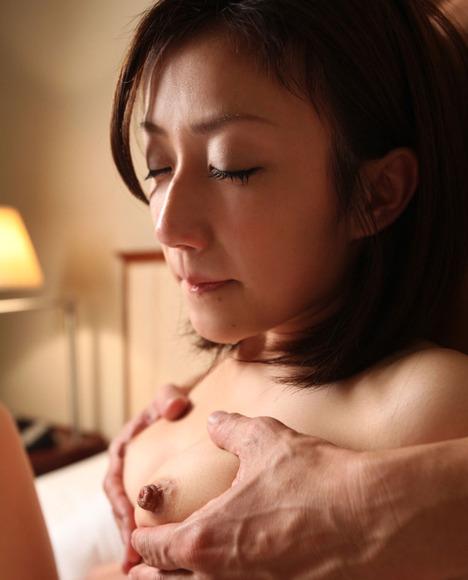 胸で感じてる女性の画像025