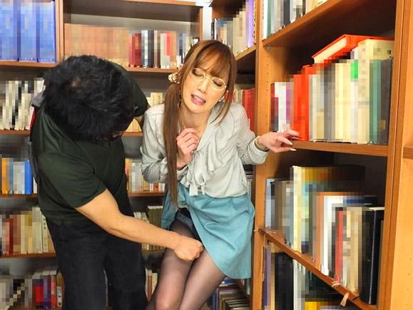 超美人な図書館司書がスカートの中に手を突っ込まれてパンストの上からクリトリスを弄られるエロ画像