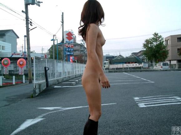駐車場でも全裸で撮影