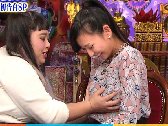 渡辺直美に鷲掴みで胸を揉まれる浅田舞。美巨乳を活かしたグラビア挑戦で大成功
