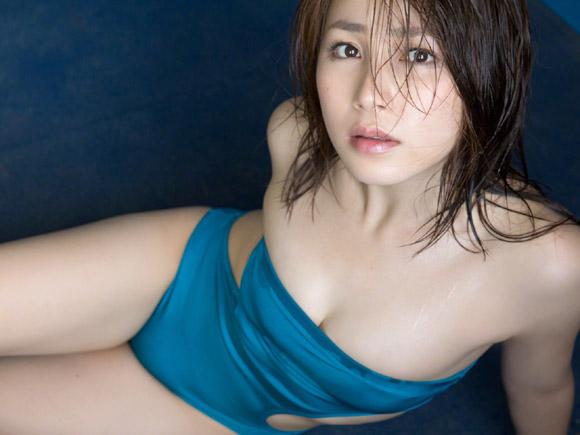 青いワンピース水着で大きな胸が弾けそうな吉川友のグラビア画像