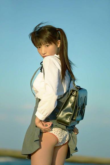 椎名ひかりの制服グラビア画像006