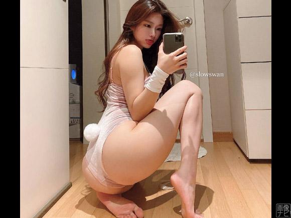 スタイル抜群の韓国美女がお尻を見せながら鏡撮り
