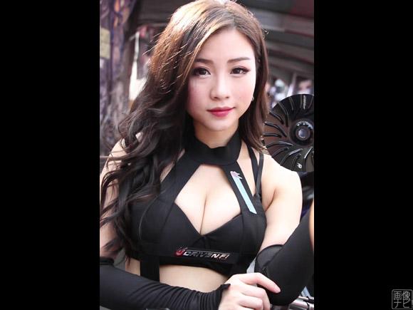台湾モーターショー・キャンギャルお姉さんがコチラ!胸元がガバっとあいた衣装だらけwww