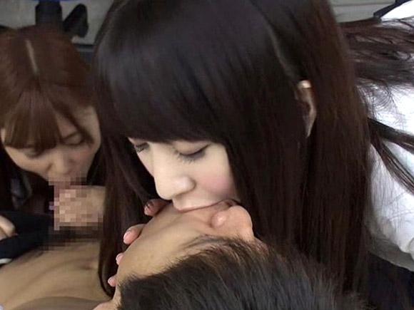 フェラチオされながら色白で黒髪の制服美少女がディープキスしてくれるエロ動画