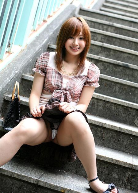 自分でスカートを捲って見せてくれる優しい女の子の画像_0031