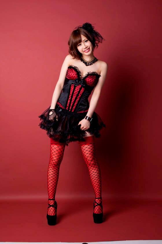 赤と黒の派手な衣装の大家志津香