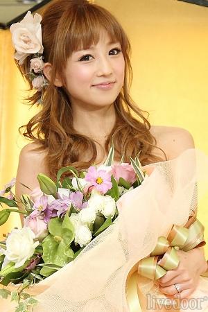 幸せそうな笑顔を見せる小倉優子