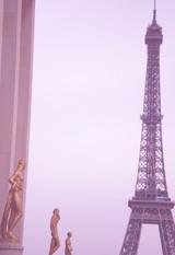 エッフェル塔と像