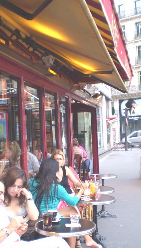 PARI OPERA CAFEでくつろぐ人々