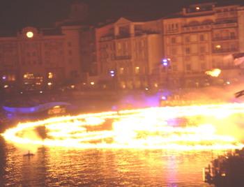 火、水、夜を楽しむ人々