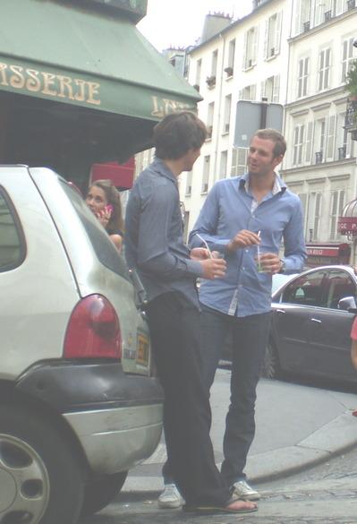 通りで立ち話するパリジャン