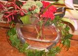 花と葉で飾られた花瓶