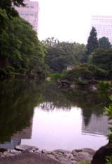 池に写るビル