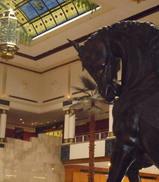 馬の飾りのあるホテルロビー